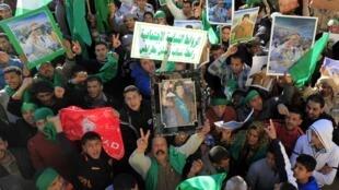 Manifestantes pro-Kadafi durante uma manifestação em maio de 2011.