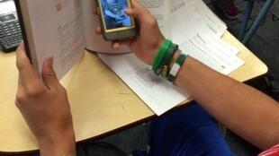 Deputados alegam que telefones celulares distraem os alunos na sala de aula.