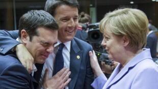 Le Premier ministre grec Alexis Tsipras, le président du Conseil italien Matteo Renzi et la chancelière allemande Angela Merkel à Bruxelles, le 25 juin 2015.