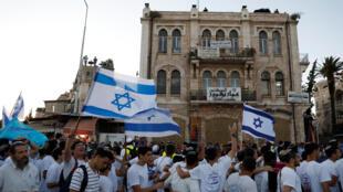 Dans les rues de Jérusalem, les participants chantent, dansent et agitent des drapeaux frappés de l'étoile de David, le 24 mai 2017, lors de la célébration du Jour de Jérusalem.