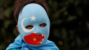 Ảnh tư liệu: Một người Duy Ngô Nhĩ tại Thổ Nhĩ Kỳ biểu tình ở Istanbul (Thổ Nhĩ Kỳ), phản đối Trung Quốc trấn áp cộng đồng thiểu số theo Hồi Giáo, ngày 06/11/2018.