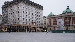 La Place de la République à Belgrade en Serbie où le couvre-feu est imposé, le 22 mars 2020.