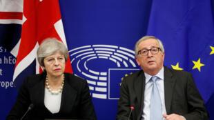 Theresa May et Jean-Claude Juncker ont présenté deux nouveaux documents en vue du vote du parlement britannique sur le Brexit, le 11 mars 2019.