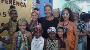 Professoras e alunas brasileiras na Escola de Jardim Catarina, no subúrbio de São Gonçalo, em dia de evento sobre África.