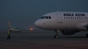 Um avião Airbus A319 operado pela francesa Aigle Azur.