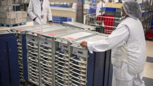 Nhân viên công ty Servair cung ứng thức ăn cho các hãng hàng không, tại sân bay Roissy - Charles de Gaulle, Paris, Pháp