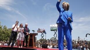 Hillary Clinton fez o primeiro grande comício de sua campanha às primárias na presença do marido, Bill, da filha, Chelsea, e do genro Marc Mezvinsky (à esquerda).
