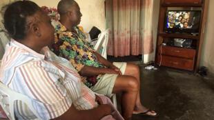 圖為加蓬居民在收看電視轉播邦戈總統宣誓就職儀式