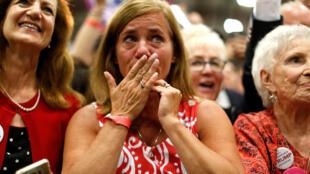 Растроганная до слез сторонница Дональда Трампа во время предвыборного митинга кандидадта-республиканца в Пенсильвании