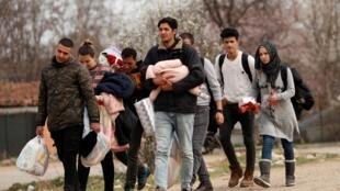 مهاجران از ایران و سوریه به سمت گذرگاه مرزی پازارکول ترکیه با کاستانیان یونان. دوشنبه ۱۹ اسفند/ ۹ مارس ٢٠٢٠