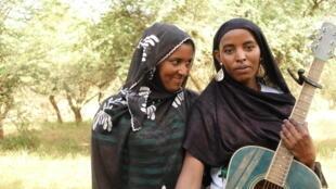 Guitarist Fatou Seidi Ghali with cousin Alamnou Akrouni