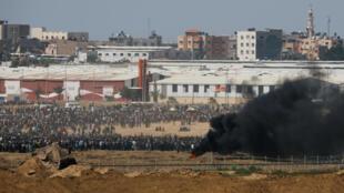 Manifestantes na fronteira da Faixa de Gaza em protesto contra abertura da embaixada dos Estados Unidos em Jerusalém
