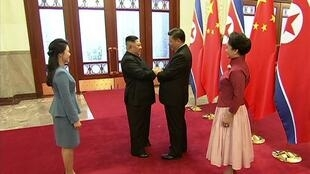 Chủ tịch Trung Quốc Tập Cận Bình (P) tiếp lãnh đạo Bắc Triều Tiên Kim Jong Un, tại Bắc Kinh, ngày 10/01/2019. (Ảnh do truyền hình Trung Quốc CCTV công bố)