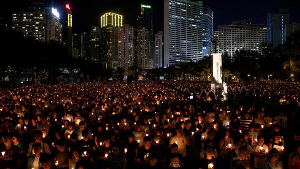 Milhares de chineses celebram o 27° aniversário do massacre de Tiananmen em Pequim, na China, em 2016.