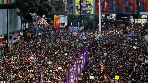 Manifestantes participam de uma marcha organizada pela Frente Civil dos Direitos Humanos, em Hong Kong, China, em 8 de dezembro de 2019.