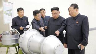 Lãnh đạo Kim Jong Un đang chỉ đạo về chương trình vũ khí hạt nhân. Bức ảnh không đề ngày chụp và do hãng tin KCNA cung cấp ngày 03/09/2017.
