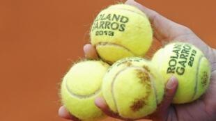 Мячи турнира «Ролан Гаррос» в руке Фернандо Вердаскао (Fernando Verdasco), Париж, 31 мая 2013 года