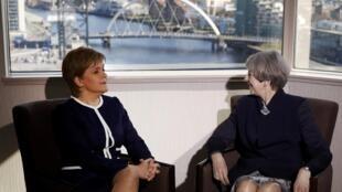 Thủ tướng Anh Theresa May (P) gặp đồng nhiệm Scotland Nicola Sturgeon, tại Glasgow, ngày 27/03/2017