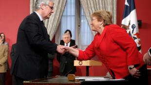 Michelle Bachelet, la presidenta chilena, recibe al nuevo ministro de Economía, Nicolás Eyzaguirre, este 31 de agosto de 2017.