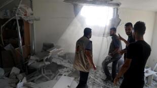 Des Palestiniens évaluent les dommages infligés à un immeuble dans la bande de Gaza, le 12 novembre 2019.