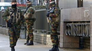 Policiais fortemente armados patrulham sede do Conselho Europeu, em Bruxelas, nesta segunda-feira