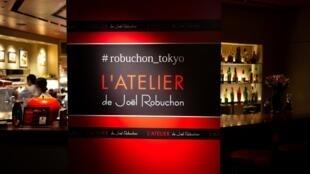 «L'Atelier» inspiré des bars à Tapas, un modèle que Joël Rebuchon déploie sur tous les continents, comme au Japon. Ici, son restaurant à Tokyo, le 6 août 2018.