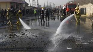 喀布尔发生汽车炸弹袭击后消防员清洗爆炸现场2015年12月28日