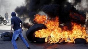 Des milliers de manifestants ont bloqué des routes à l'aide de pneus brûlés ce mardi 14 janvier à Beyrouth et dans les principales villes du pays.