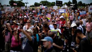 Des protestataires se sont rassemblés à Washington, lors d'une Marche pour la vérité sur l'interférence russe lors de l'élection de Donald Trump, le 3 juin 2017.