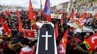 Manifestações na França pedem que o governo abandone o projeto de reforma da Previdência