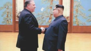 Lãnh đạo Bắc Triều Tiên Kim Jong Un (P) bắt tay ngoại trưởng Mỹ Mike Pompeo tại Bình Nhưỡng. Ảnh công bố ngày 26/04/2018.