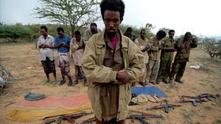 Des membres du Front national de libération de l'Ogaden (ONLF) en pleine prière. (Photo datée de 2006).