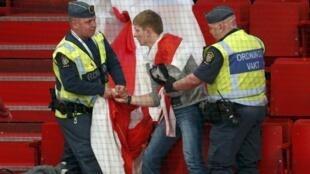 Секьюрити задержиали белорусского болельщика с оппозиционным флагом на чемпионате в Стокгольме 0/05/2013