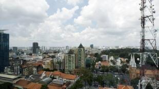 Thành phố Hồ Chí Minh, thành phố lớn nhất Việt Nam đang phát triển nhanh chóng.