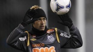 Neymar, atacante do Santos, treina para o Mundial de Times do Japão.