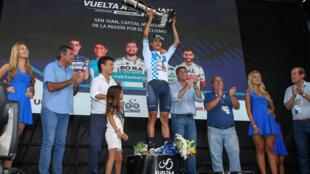 El ciclista colombiano del equipo Movistar ,Winner Anacona , con el trofeo que le acredita vencedor de la Vuelta a San Juan 2019.