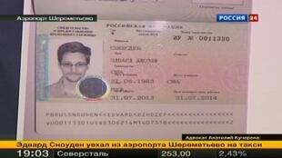 Les documents du statut de réfugié politique accordé par la Russie à l'ancien espion Edward Snowden, le 1er août 2013.