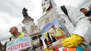 បាតុការបារាំង នៅទីលាន Place de la République ក្រុងបារីស លើកបដា បរិហារគ្រោះថ្នាក់ នៃផលិតផលគីមី របស់ក្រុមហ៊ុន Bayer Monsanto។ ថ្ងៃទី១៨ ឧសភា ២០១៩