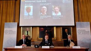 Ba nhà khoa học David Thouless, Duncan Haldane và Michael Kosterlitz nhận giải, ngày 4/10/2016.