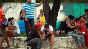Familiares de prisioneiros aguardam em frente ao Instituto Médico Legal de Manaus, em 2 de janeiro de 2017.
