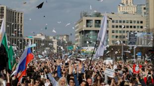 Митинг за свободный интернет завершился запуском бумажных самолетиков, 30 апреля, Москва, проспект Сахарова