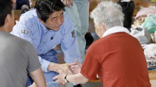 Thử tướng Nhật SHinzo Abe tới thăm hỏi người dân vùng bị thiên tai tại trung tâm sơ tán Kurashiki, tỉnh Okayama, ngày 11/07/2018.