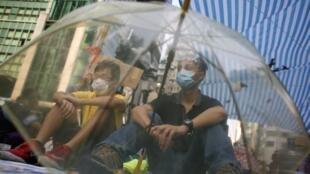 Manifestantes continuam usando o guarda-chuva como símbolo do protesto em Hong Kong.
