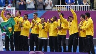 Seleção brasileira celebra conquista da medalha de ouro contra a França no futebol de cinco.