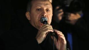 Tayyip Erdogan, premiê turco, durante discurso para seus apoiadores em sua chegada ao aeroporto em Ankara, nesta terça-feira, 24 de dezembro de 2013.