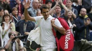 O tenista Roger Federer deixa a Central Court sob aplausos do público.