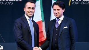 Luigi Di Maio do Movimento 5 Estrelas (esquerda) e Giuseppe Conte (direita) durante as eleições legislativas.