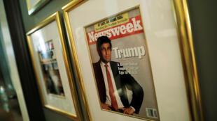Một trang bìa của tạp chí Newsweek chụp lại ảnh ông Trump được treo tại CLB Trump National Golf Club Bedminster, ở New Jersey, ngày 09/08/2018.