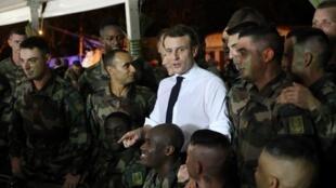 Le président français Emmanuel Macron avec les troupes françaises en Côte d'Ivoire au camp de Port Bouët, le 20 décembre 2019.