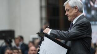 El presidente chileno, Sebastián Piñera, firma un documento en el palacio La Moneda en Santiago, el 23 de diciembre de 2019